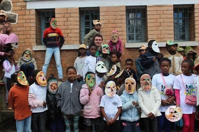 Projects Abroad志工者在馬達加斯加的學校與孩子們一起製作手工藝
