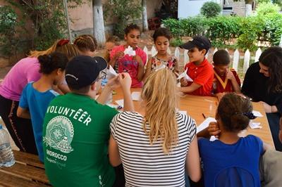 摩洛哥孩子們參與Projects Abroad志工營高中學生帶領的手工藝活動