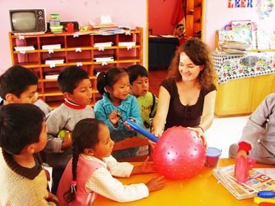 高中生志工在秘魯的關愛中心與孩子一起玩球類活動