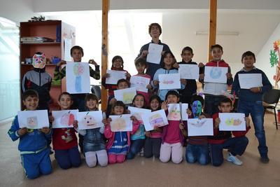 志工指導羅馬尼亞孩子完成繪畫活動