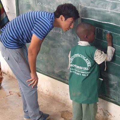 塞內加爾社區關愛項目青年志工指導學生完成課堂作業