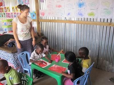 南非關愛項目志工幫助孩子製作手工藝創作