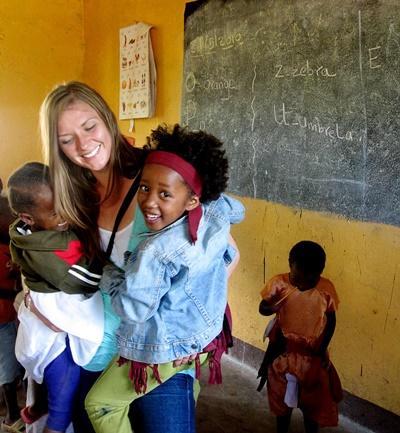 坦桑尼亞社區關愛項目志工在關愛中心手抱當地的孩子