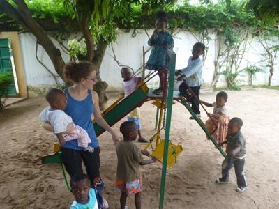 多哥社區關愛項目青年志工與一群孩子在遊樂場玩耍