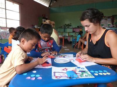 兩名厄瓜多爾孩子參與啟發創意活動,志工在當地的關愛中心陪伴他們