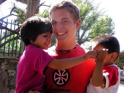 高中生志工營參與關愛項目跟阿根廷兒童的合作,攝於學校小息時間