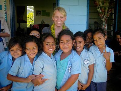 薩摩亞志工參與村落社區關愛項目在小學裡義教學生