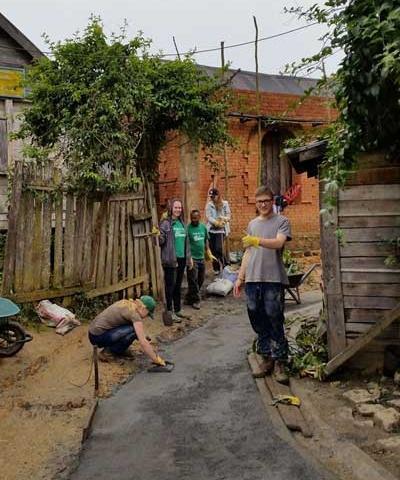 Projects Abroad 志工幫忙為一所非洲馬達加斯加社區學校建設新的步道