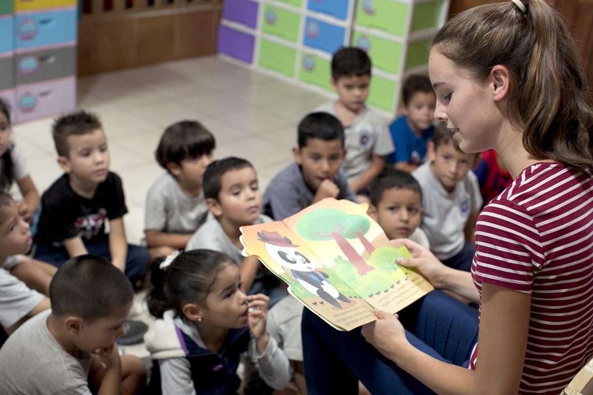 哥斯達黎加關愛志工向孩子們講故事