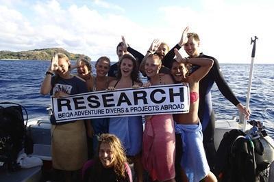 斐濟鯊魚保育項目青年志工完成一次潛水工作之後的合照留念