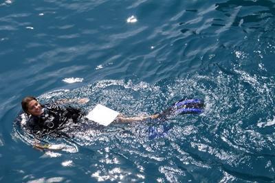 Projects Abroad女志工在泰國的海面上準備潛水