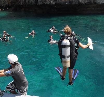 Projects Abroad海洋環保志工在泰國準備潛水進行魚類普查