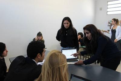 Projects Abroad人權項目志工在阿根廷的科爾多瓦服務單位進行模疑法庭,諮詢法官的意見