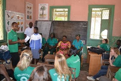 Projects Abroad志工和員工在非洲加納的學校討論如何阻止兒童販賣