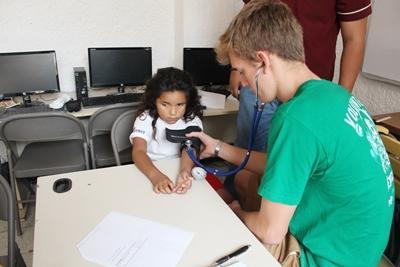 墨西哥兒童在Projects Abroad志工的幫助下接受身體檢查