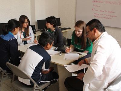 學生志工跟隨墨西哥的醫生參與當地的公共保健工作