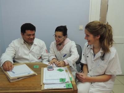 學生志工在玻利維亞醫護團隊的指導下,汲取實用的醫療知識