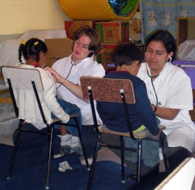 青年志工在玻利維亞為當地社群進行身體檢查