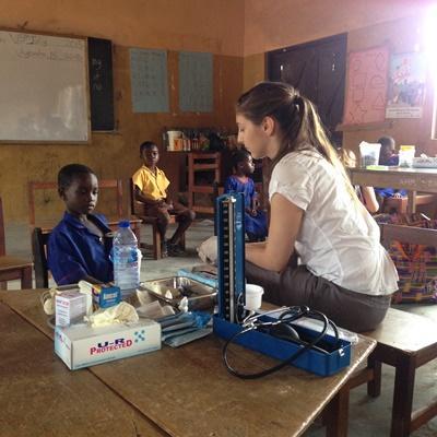 Projects Abroad醫學高中生志工在非洲加納的學校協助進行基本的身體檢查