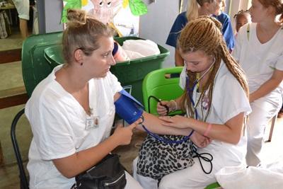 醫學志工參與社區外展活動,幫助當地婦女量度血壓