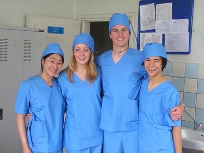 醫學志工穿上醫生袍在蒙古醫院實習