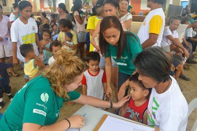 高中生醫學志工在菲律賓協助進行社區外展活動