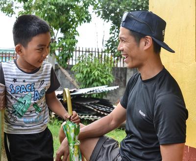 物理治療志工幫助菲律賓男孩完成一次復康療程
