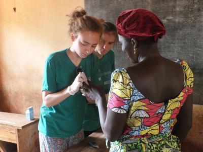學生志工參與多哥公共保健志工營,為當地居民進行醫療篩檢服務