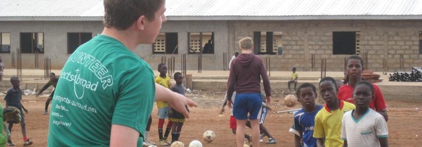 青年學生參與Projects Abroad的高中生志工營,進行體育運動指導工作
