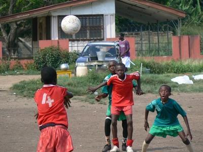 青年志工參與加納體育項目負責指導學校學生