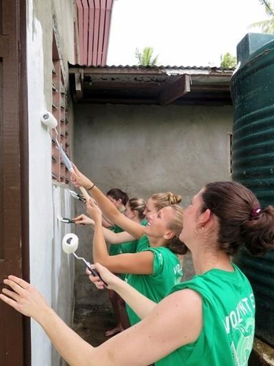 環保志工參與勞動日,幫忙修復社區會堂