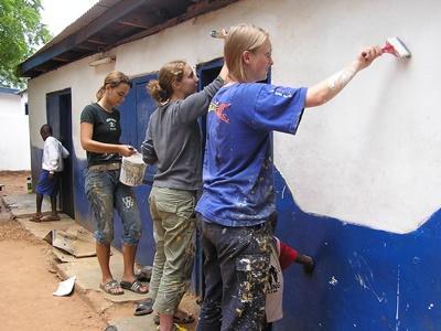 高中生志工在西非加納的一所學校,幫忙油漆塗牆