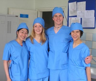 高中生志工到國外的醫院實習,穿上手術衣合影