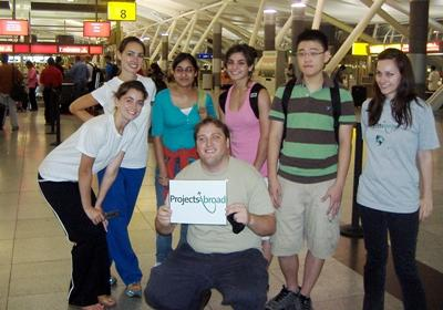 一群高中生志工在Projects Abroad 員工帶領下,從機場出發準備前往項目的目的地