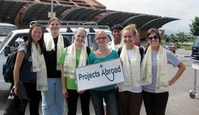 Projects Abroad員工在尼泊爾加德滿都機場迎接一群高中生志工