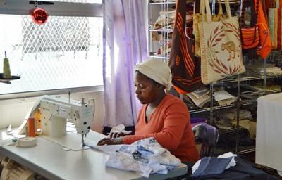 南非婦女經營的小生意縫紉衣物,也是志工實習的地方