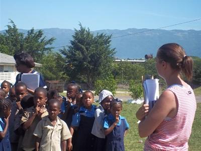 志工在牙買加接觸受到天然災害影響生活的兒童