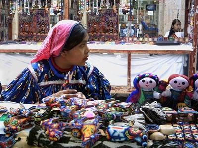 墨西哥婦女在當地市集售賣手工藝創作
