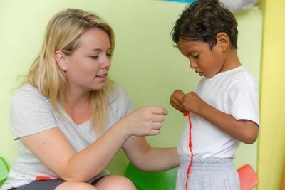 厄瓜多爾的孩子在Projects Abroad 社工實習生的幫助下參與各種學習活動