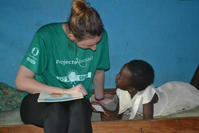 Projects Abroad社工項目實習生跟加納的兒童溝通交流