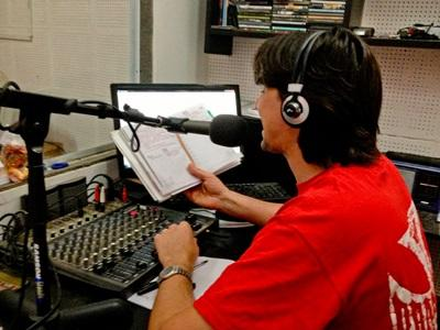 電台新聞項目志工在阿根廷負責主持直播節目