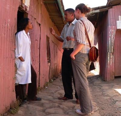埃塞俄比亞新聞項目實習生為當地報社進行社區訪問