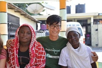 坦桑尼亞志工與當地人一起創立電影製作項目