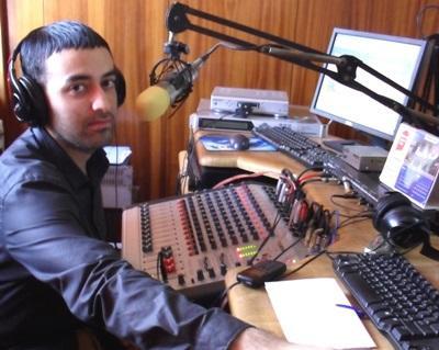 新聞實習生在加納廣播電台的工作情形