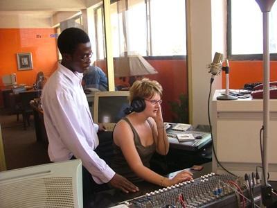 實習生參與加納新聞實習項目學習如何操作電台的器材