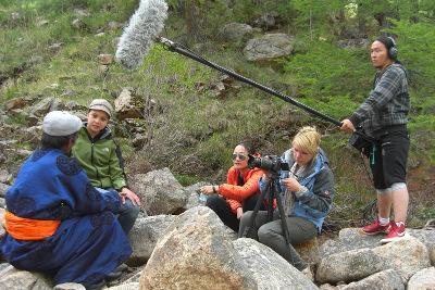 蒙古新聞實習生參與當地的電視新聞工作