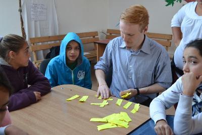 一名參與新聞項目的男志工在羅馬尼亞學校帶領孩子參與新聞學習活動