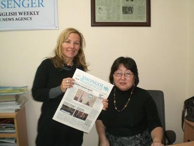 蒙古印刷新聞實習生手持的報紙刊印了她撰寫的報導