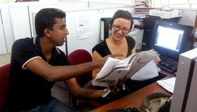 實習生在斯里蘭卡的出版媒體工作時,當地新聞工作者進行指導
