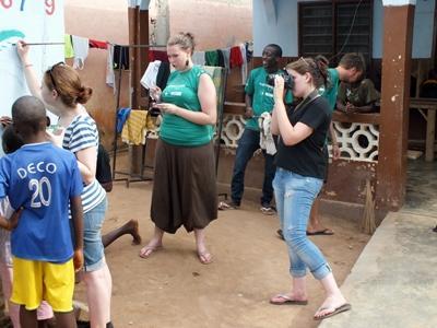 新聞實習生在多哥社區進行拍攝和相片新聞記錄